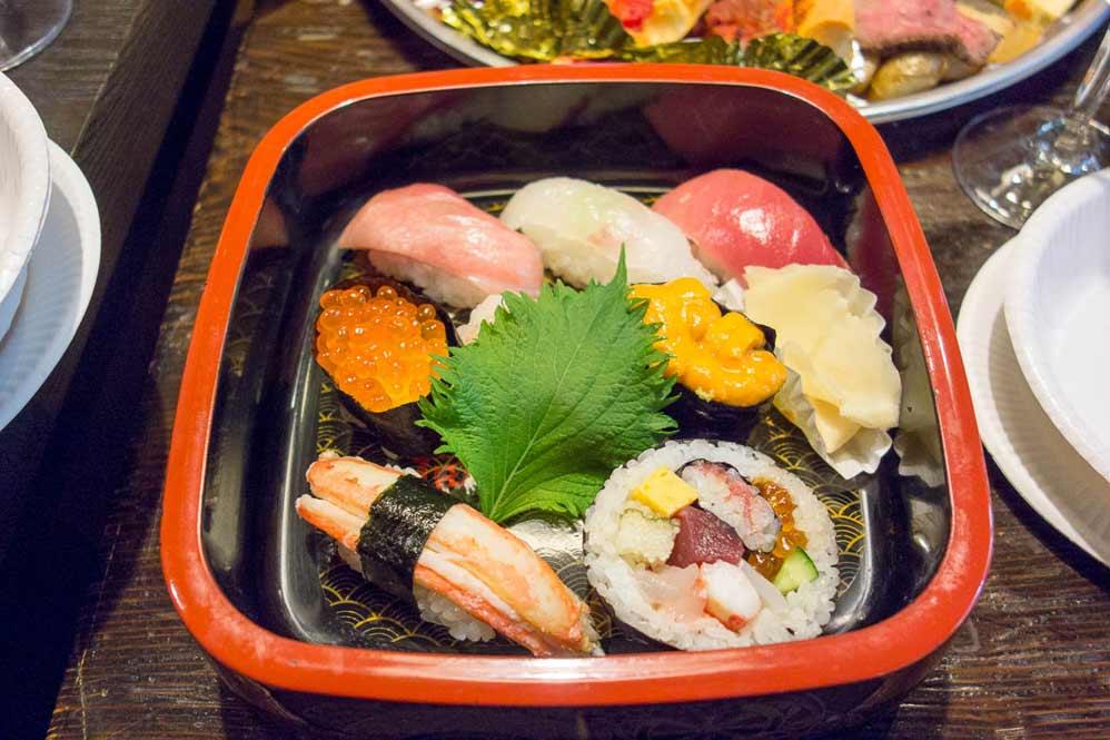 Conseil au restaurant comme avec ce plateau gourmand composé de mets japonais - Azukiya, Colmar
